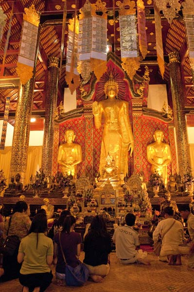 Paying respects to the main image at Wat Chedi Luang
